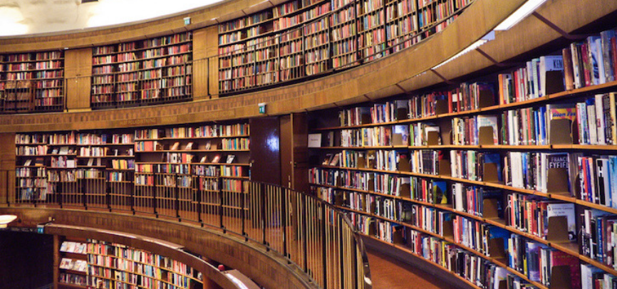 Picture of a library with a lot of book on shelves